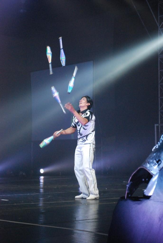 Michael Ferreri juggling pins