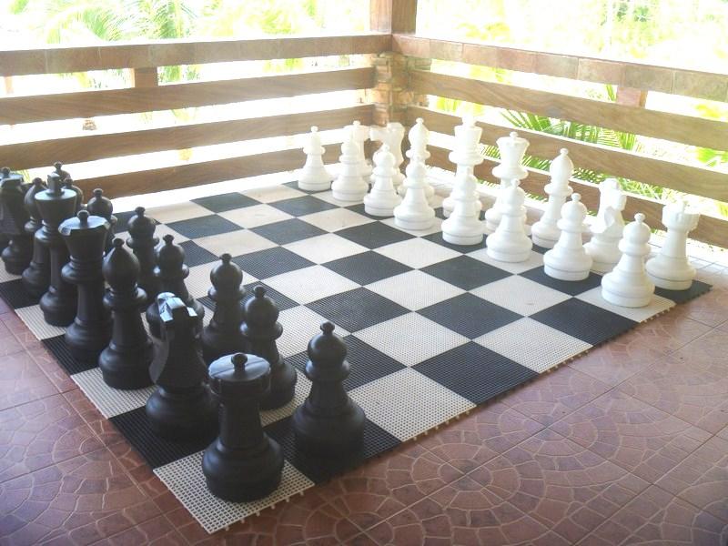 Body size chess set