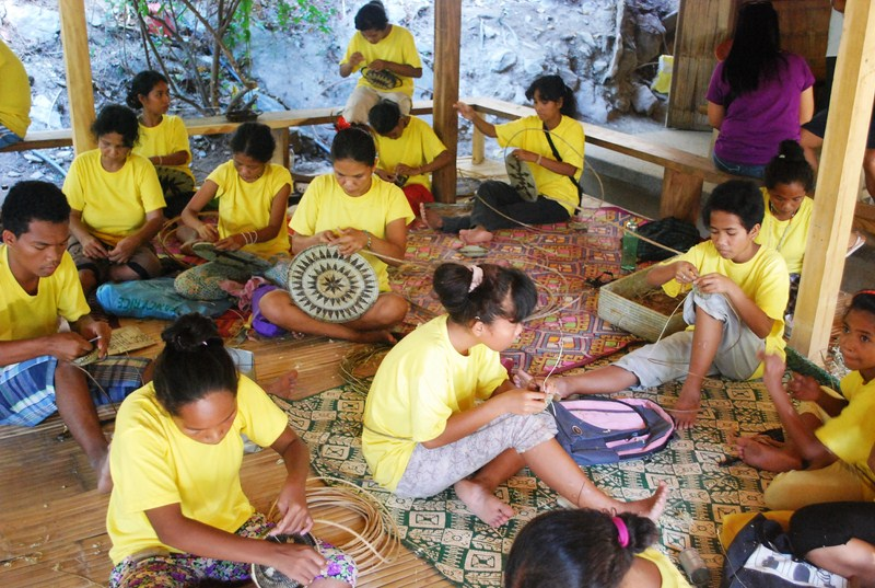 Iraya-Mangyan weavers at work