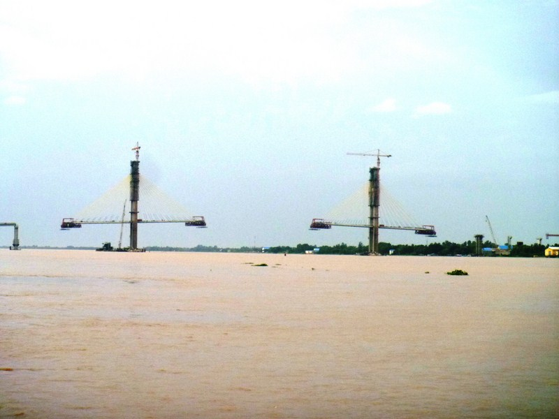 The unfinished Neak Loeung Bridge