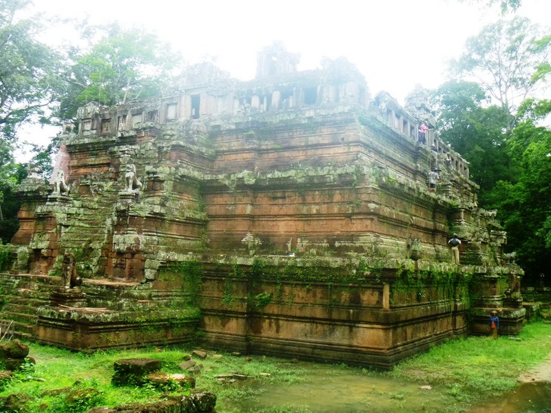 The steep-sided, pyramid-like Phimeanakas Temple
