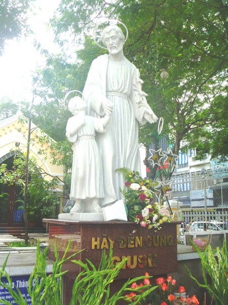 Statue of St. Joseph and the Child Jesus