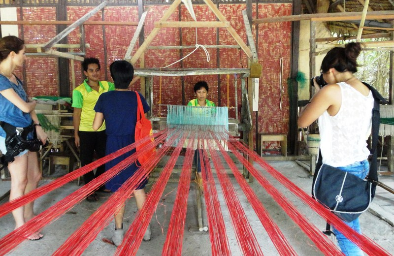 Observing loom weaving