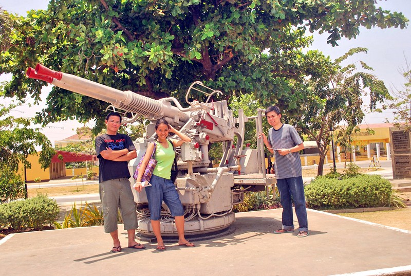 The author, Cheska and Jandy beside an ant-aircraft gun