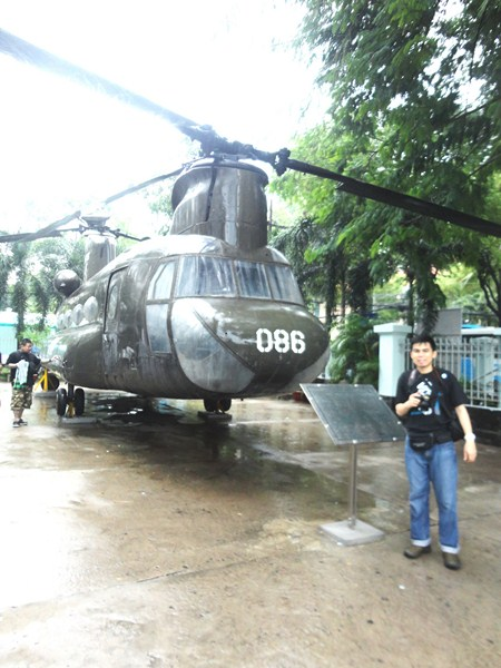 Jandy beside a CH-47 Chinook