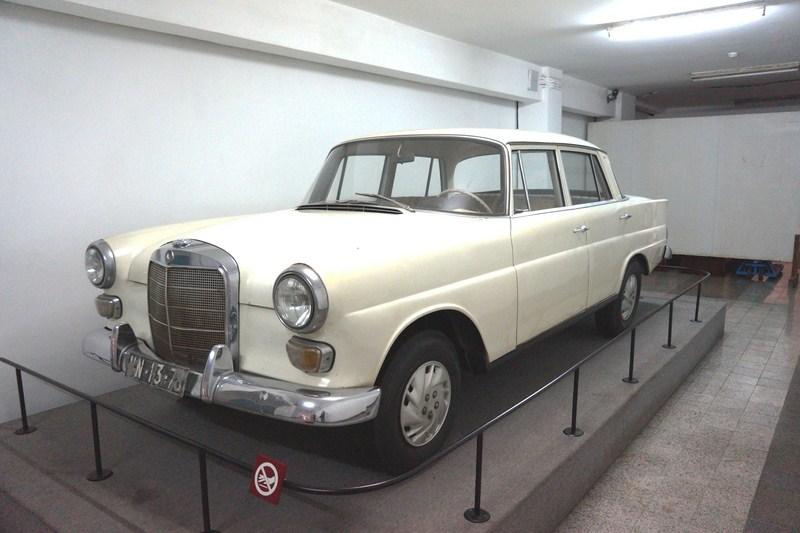 Mercedes Benz 200 W110
