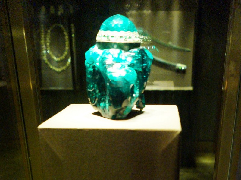 Emerald unction vessel (2860 carats)