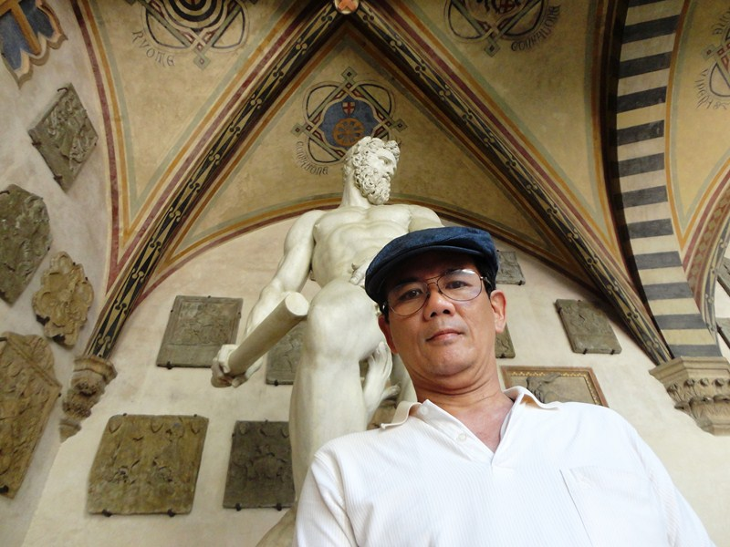 The author in ront of the statue of Oceano (Giambologna)