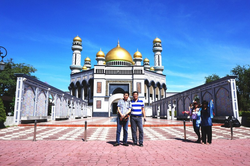 Jandy and the author at Jame Asr Hassanal Bolkiah Mosque